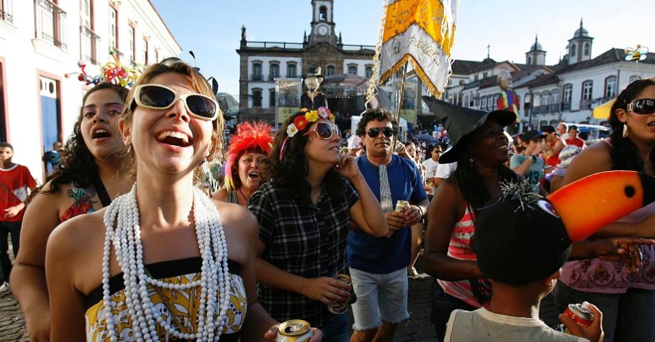 Foliões usam acessórios para se divertir no bloco Sanatório Geral, em Ouro Preto (18/2/12)