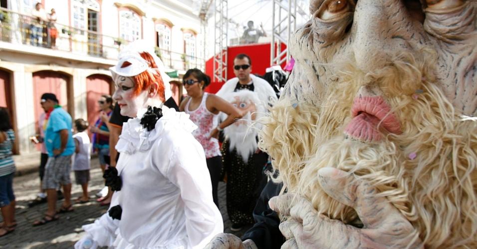 Homens fantasiados curtem o Carnaval de Ouro Preto, em Minas Gerais (18/2/12)