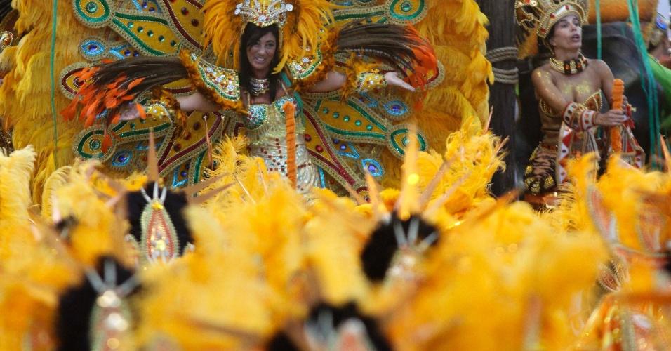 Integrante da escola de samba Mancha Verde que encerrou o 1º dia de desfiles do Carnaval paulistano (18/2/2012)