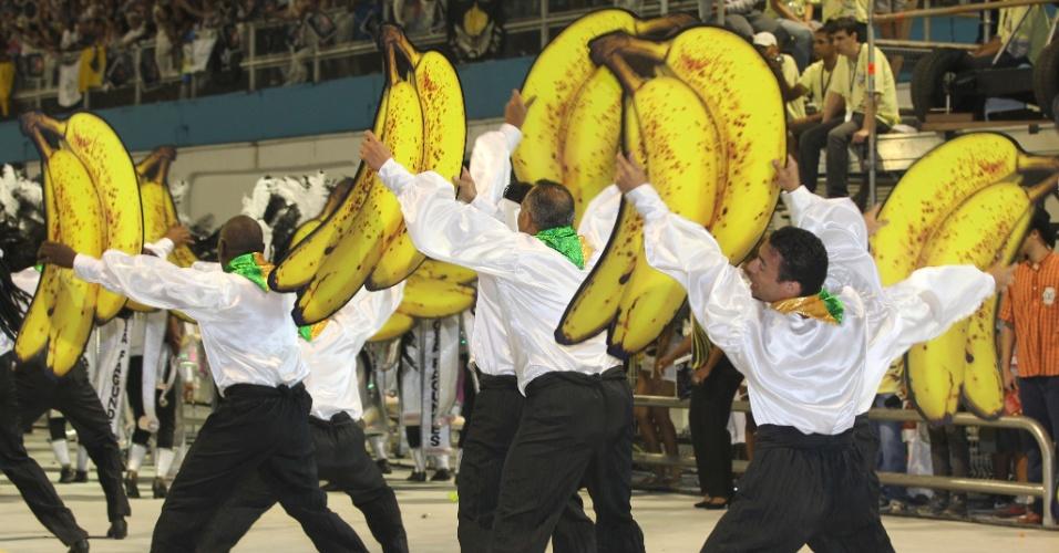 Integrantes da comissão de frente da Vai-Vai, em desfile no Anhembi (17/2/12)