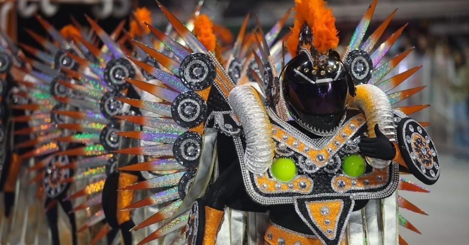 Integrantes da comissão de frente da X-9 Paulistana usam capacetes em enredo que fala do Rali dos Sertões (18/2/2012)