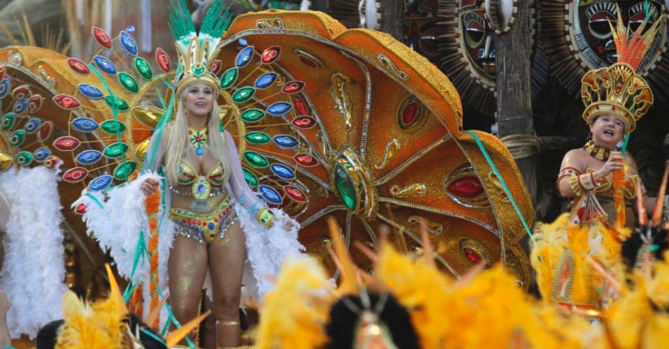 Integrantes da escola de samba Mancha Verde que encerrou o 1º dia de desfiles do Carnaval paulistano (18/2/2012)