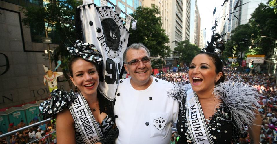 Leandra Leal, Ernesto Marinho, presidente do Cordão do Bola Preta, e Maria Rita no desfile do bloco (18/2/12)