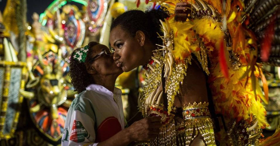 Mãe beija a filha antes dela entrar na avenida para o desfile da Camisa Verde e Branco (17/2/12)