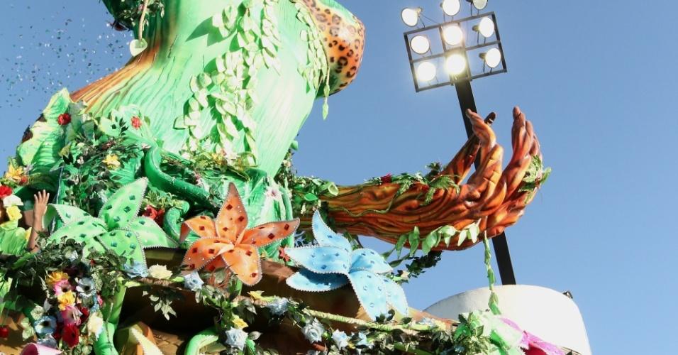 Mancha Verde encerra o primeiro dia de desfiles de São Paulo com o dia claro (18/2/2012)