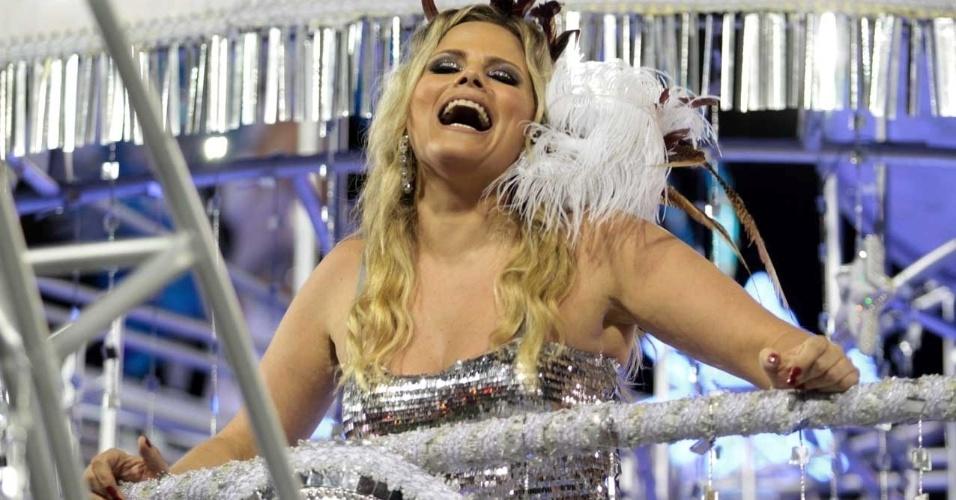 Maria Cândida desfila em carro que mostra mulheres célebres da cultura (18/2/2012)