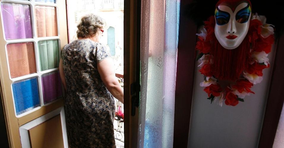 Mulher observa passagem do Bloco das Lajes de janela em Ouro Preto (18/2/12)