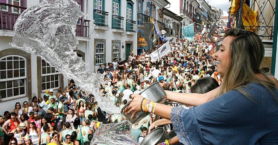Mulhere joga água nos foliões do Bloco das Lajes, no Carnaval de Ouro Preto (18/2/12)