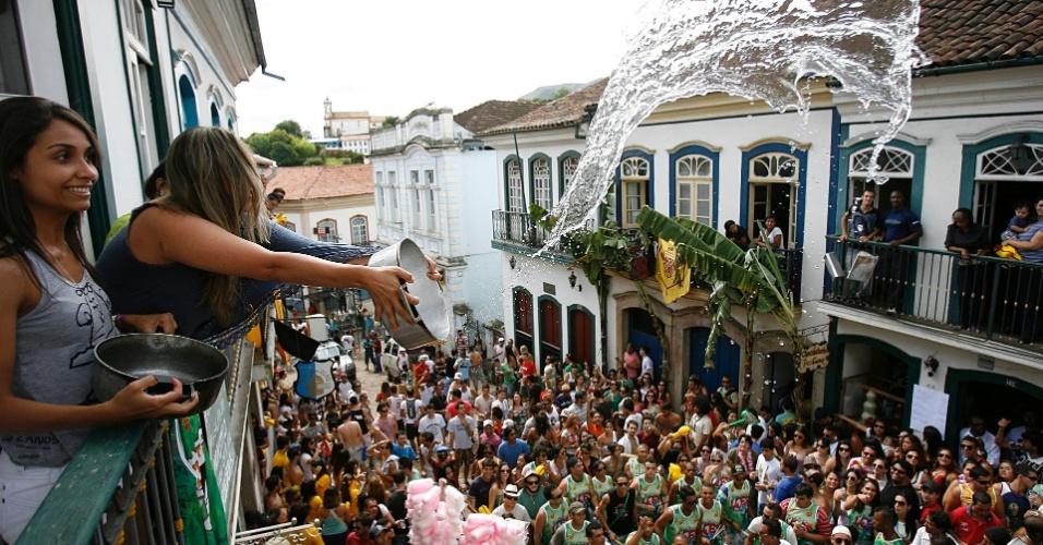 Mulheres jogam água nos foliões do Bloco das Lajes, no Carnaval de Ouro Preto (18/2/12)