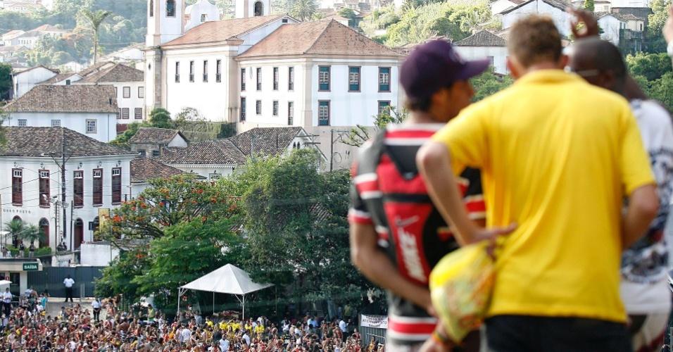 Multidão lota praça de Ouro Preto durante o show do Bonde do Tigrão (18/2/12)