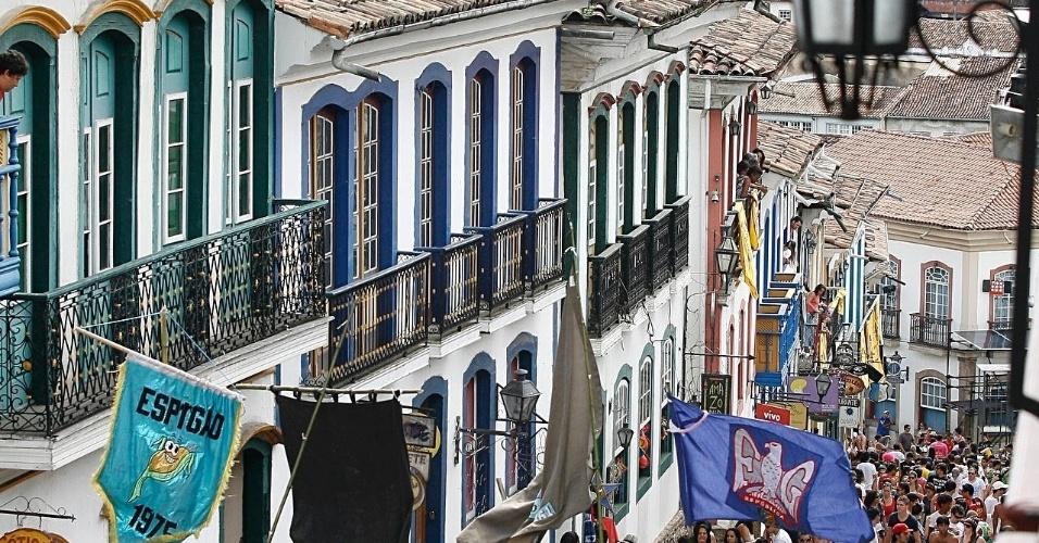 Multidão pula carnaval entre as construções históricas de Ouro Preto (18/2/12)