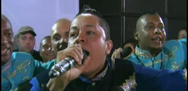 Na concentração, Darlan Alves, puxador da Rosas de Ouro, começa a cantar samba enredo que homenageia a Hungria (18/2/2012)