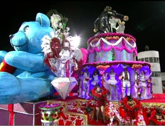 O carro celebrações do amor, que traz oito casais, no desfile da Camisa Verde e Branco no Anhembi, em São Paulo (17/2/12)