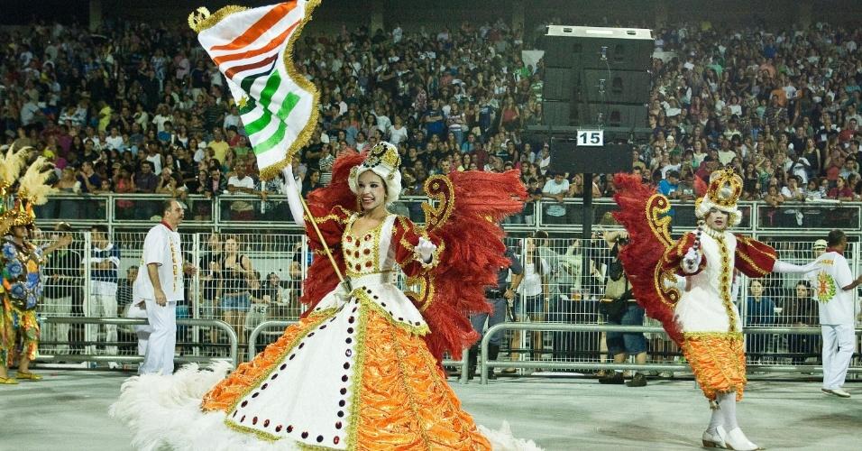 O casal de mestre-sala e porta-bandeira Raphael e Mayara representam o rei e a rainha do maracatu, no desfile da X-9 (17/2/12)