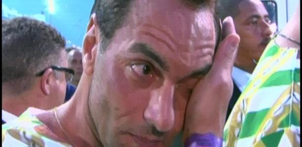 O jogador Edmundo chora ao começar o desfile da Mancha Verde (18/2/2012)