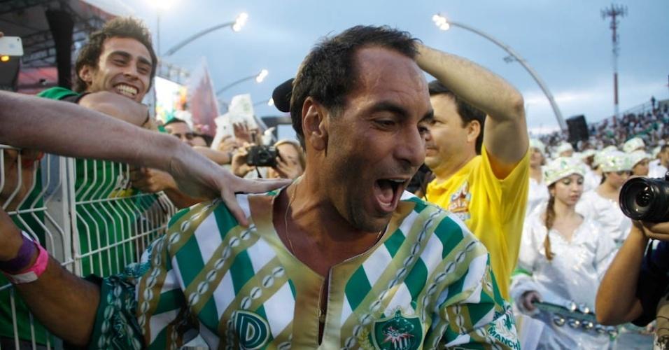 O jogador Edmundo se emociona ao começar o desfile da Mancha Verde (18/2/2012)