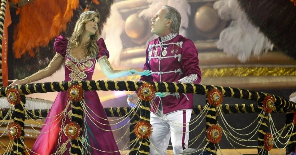 O publicitário Roberto Justus aparece com sua mulher Ticiane Pinheiro em desfile da Rosas de Ouro em sua homenagem (18/2/2012)