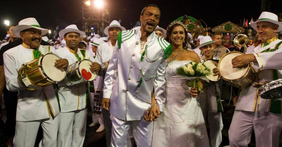 Os noivos Agnaldo Amaral, 52, e Kátia Goncalves do Amaral, 40 se casam sob a benção do Padre Boanerges Bueno, 57, antes do inicio do desfile da Camisa Verde e Branco, que levou o enredo