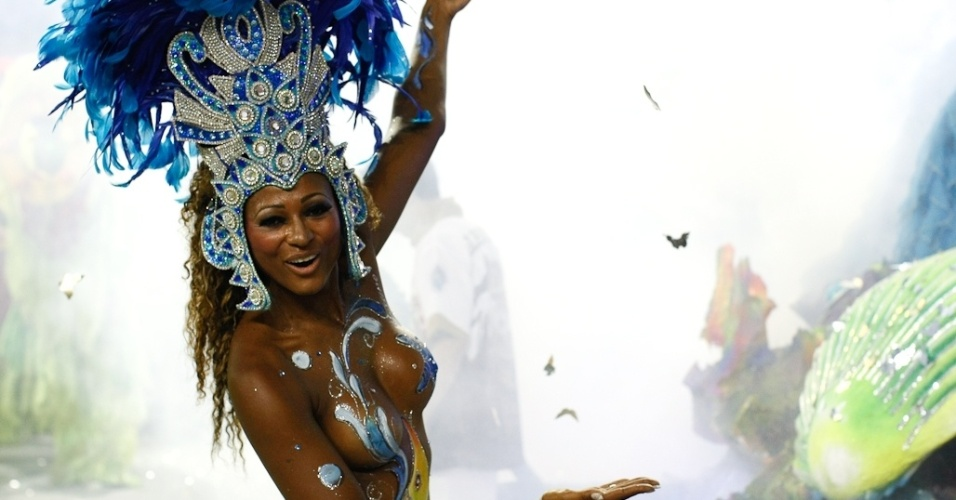 Passista da Rosas de Ouro que representa as belezas da terra brasileira (18/2/2012)