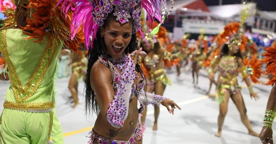 Passista samba no desfile da Camisa Verde e Branco, no Anhembi, em São Paulo (17/2/12)