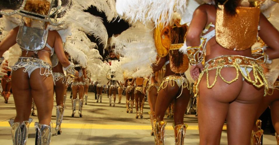 Passistas desfilam na Vai-Vai, escola que homenageou as mulheres (17/2/12)