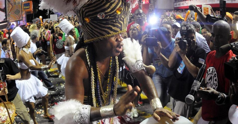 Tocando e cantando, Carlinhos Brown levou o público à loucura no Projeto Especial: Carlinhos, no Circuito Barra/Ondina, nesta sexta-feira (17/2/12)