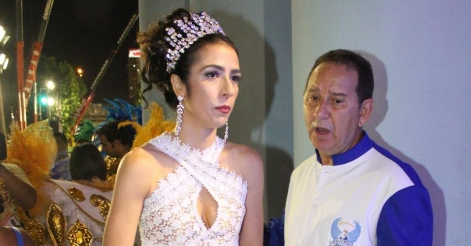 A cantora Marisa Monte é registrada na concentração da Portela (19/2/12)