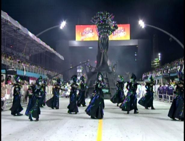 A comissão de frente da Unidos de Vila Maria, cujo samba-enredo fala de criação durante desfile no Anhembi na madrugada de domingo (19/2/12)