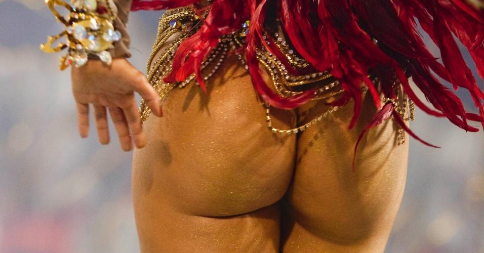 A ex-BBB Claudia Colucci, a Cacau, desfila como musa da Dragões da Real (18/2/12)