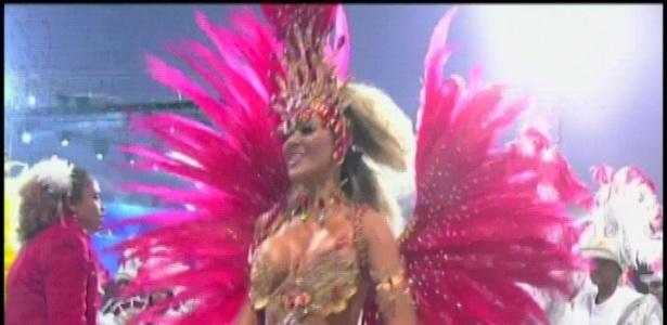 A ex-panicat Tania Oliveira desfila pela Tom Maior (19/2/2012)