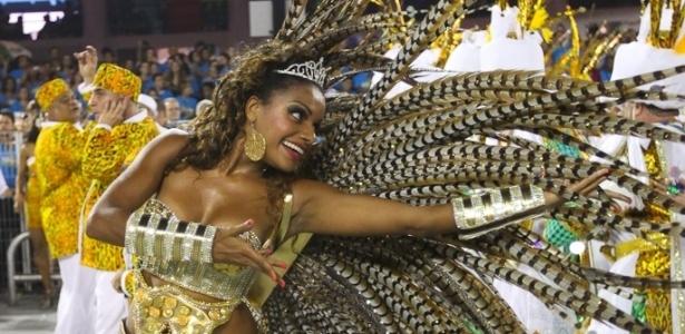 A madrinha da bateria da Unidos de Vila Maria, Quitéria Chagas, encanta o público em desfile no Anhembi, São Paulo, na madrugada de domingo (19/2/12)