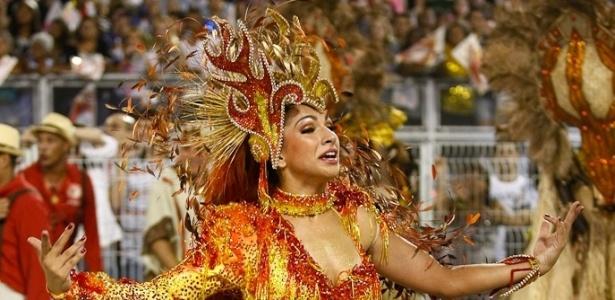 A rainha bateria da Mocidade Alegre, Aline Oliveira, empolga o público no Anhembi na madrugada de domingo (19/2/12)