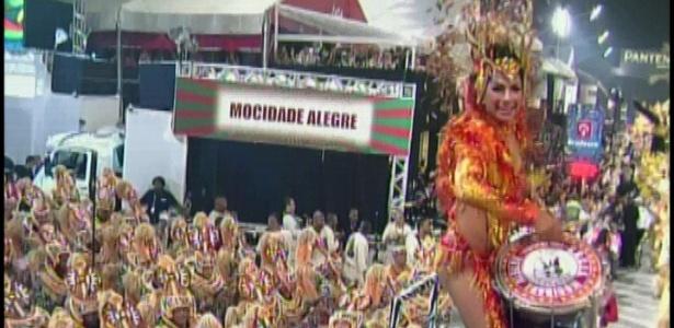 A rainha bateria da Mocidade Alegre, Aline Oliveira, sobe em plataforma e toca tambor (19/2/2012)