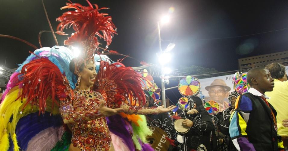 A rainha Patrícia Nery anima a bateria no desfile da Renascer de Jacarepaguá na Sapucaí, no Rio (19/2/12)