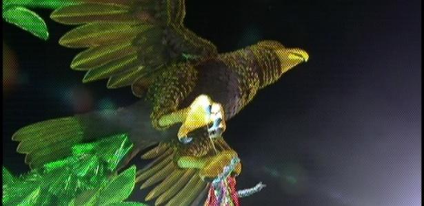 Águia da Águia de Ouro segura destaque da escola com roupas coloridas (19/2/2012)