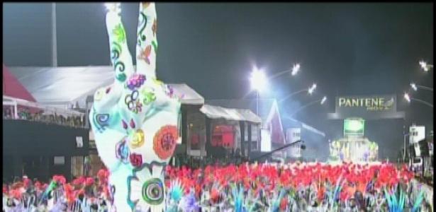 Alegoria em forma de mão com símbolo de paz e amor no desfile da Unidos de Vila Maria (19/2/12)