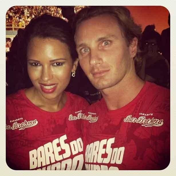 Ariadna e o namorado Gabriele Benedetti no camarote Bar Brahma, na madrugada de domingo (19/2/12)