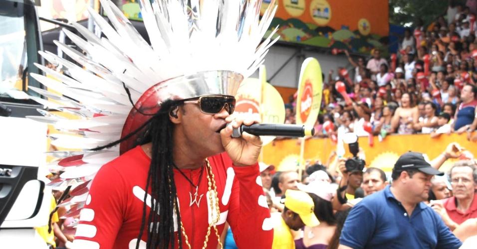 Carlinhos Brown optou por um cocar prateado e uma malha vermelha para fazer o circuito Campo Grande (Osmar), em Salvador (19/2/12)