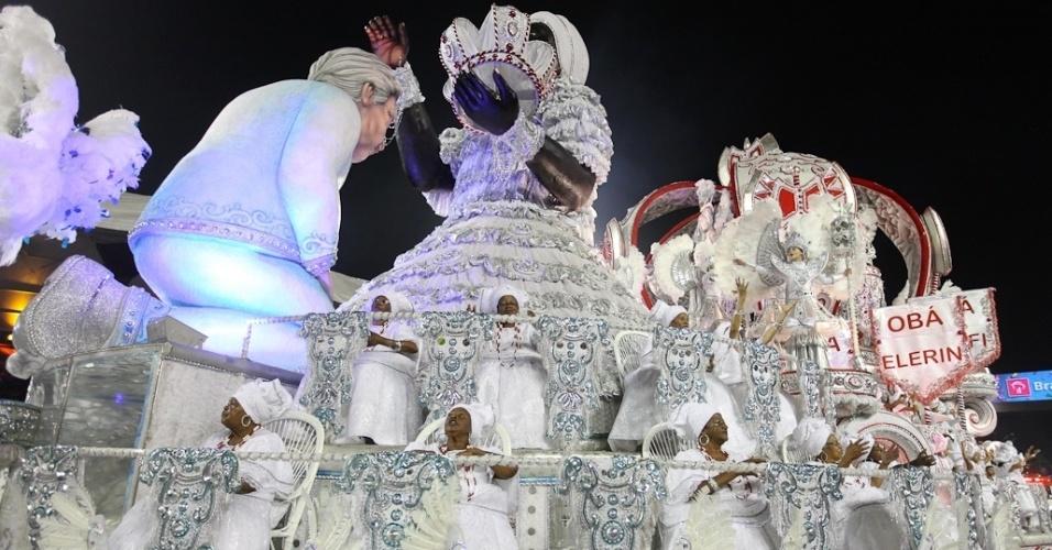 Carro da Mocidade Alegre com alegoria gigante representando o escritor Jorge Amado em desfile no Anhembi, na madrugada de domingo(19/2/12)