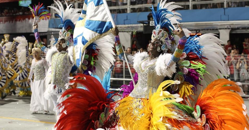 Casal de mestre sala e porta bandeira David e Fernanda se apresentam em desfile da Águia de Ouro, em São Paulo (19/2/2012)