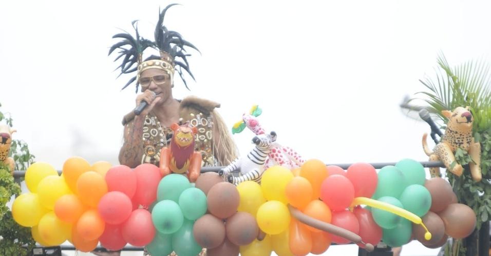 Com um trio cheio de balões e bichinhos, EdCity atrai adultos e crianças para acompanhar seu trio, em Salvador (19/2/12)