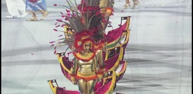 Comissão de frente da Pérola Negra se transformando em canoa (18/2/12)