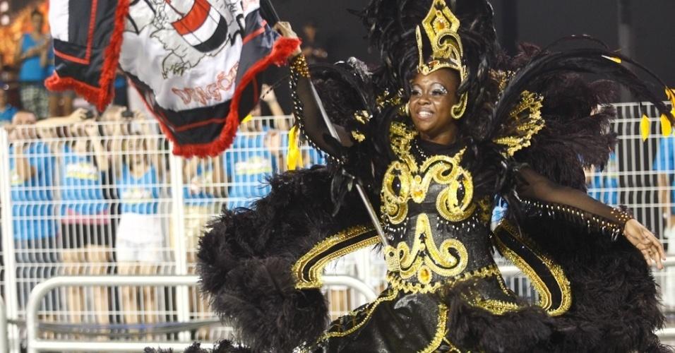 Crisley, a segunda porta-bandeira da Dragões da Real, desfila no Anhembi, em São Paulo (18/2/12)