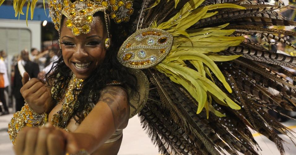 Destaque de chão da Gaviões da Fiel convida o público para sambar (19/2/2012)
