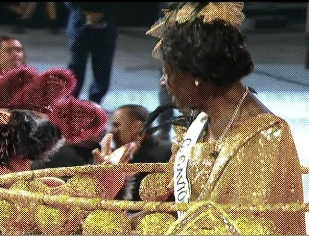 Dona Geni tem 45 anos de Gaviões da Fiel, é a integrante mais velha da escola e foi destaque de carro como primeira dama da agremiação (19/2/2012)
