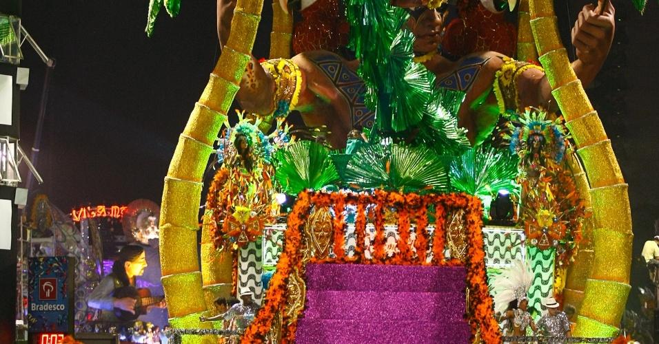 Escola de samba Águia de Ouro apresenta homenagem ao movimento tropicalista (19/2/2012)