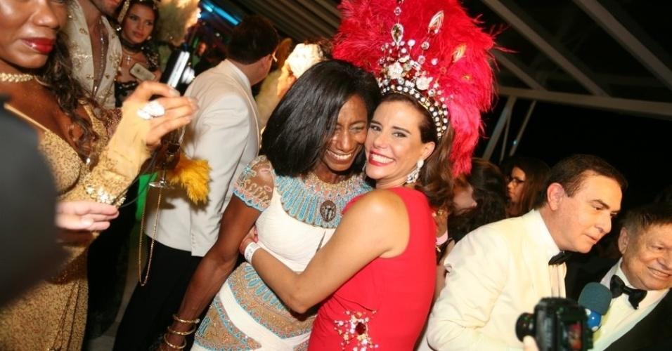 Gloria Maria e Narciza Tamborindeguy se abraçam no Baile de Gala do Copacabana Palace, no Rio de Janeiro (18/2/12)