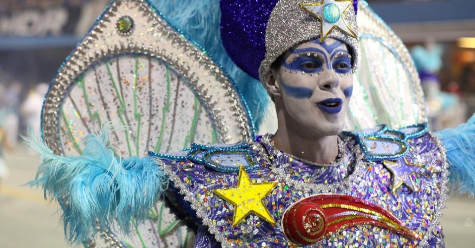 Integrante da escola de samba Unidos de Vila Maria, cujo samba-enredo fala de criação em desfile no Anhembi, São Paulo, na madrugada de domingo (19/2/12)