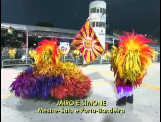 Jairo e Simone, casal de mestre-sala e porta-bandeira da Tom Maior, mostra a bandeira da escola (19/2/2012)