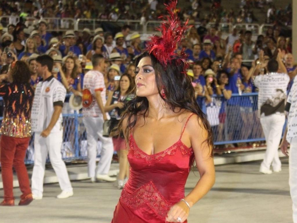Juliana Paes abre o desfile da Viradouro na Sapucaí e levanta o público. Recentemente ela foi eleita rainha da escola, que atualmente faz parte do grupo de acesso do Rio de Janeiro (18/2/12)